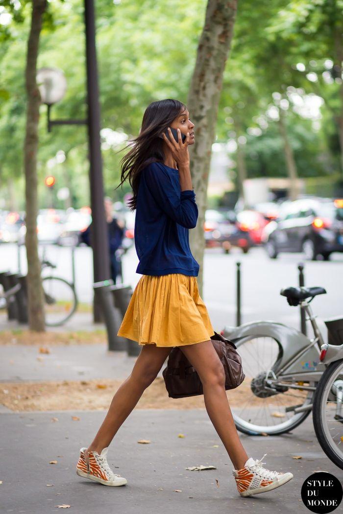 スカートにスニーカー。