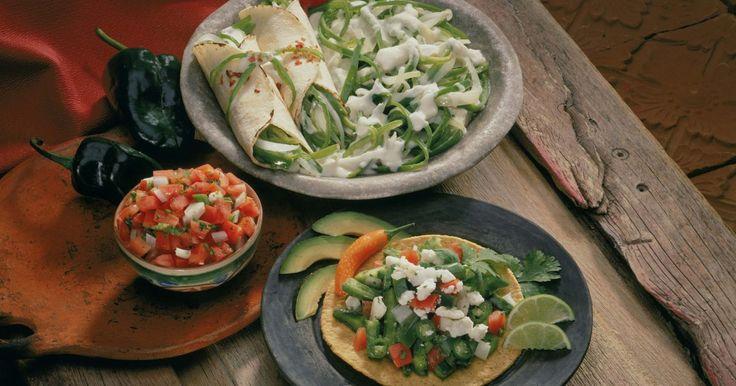 Cómo cultivar los chiles guajillo. Los chiles pimiento guajillo tienen un sabor suave pero picante, similar a los jalapeños. Son comunes al norte y centro de México y son utilizados en muchas de sus recetas tradicionales. Son rojos al madurar, miden de 4 a 7 pulgadas (10,16 a 17,78 cm) de largo y casi 1 a 1 1/2 pulgadas (2,54 a 3,81 cm) de ancho. Las plantas alcanzan 3 pies (0,91 ...
