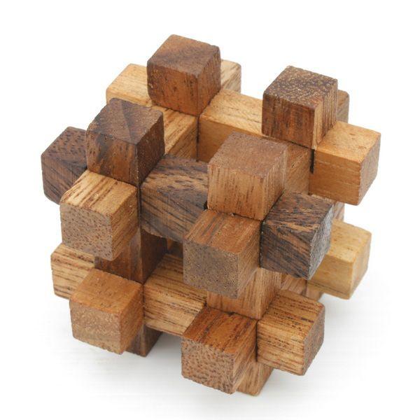 """Los puzzles geométricos de madera. Se llaman """"Burr"""". Conviene no confundirlos con Rachel Burr. Yo aquí veo un asterisco."""