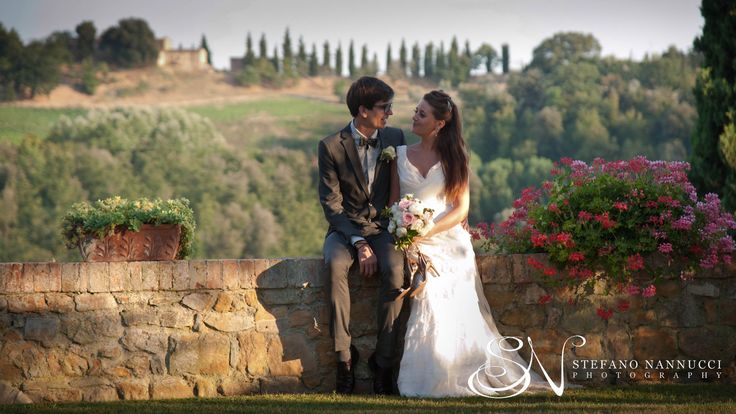 Relaxed wedding couple in the tuscany countryside #italyweddings #weddinginitaly #weddingintuscany #weddingphotographer #tuscanycountryside #stylemepretty
