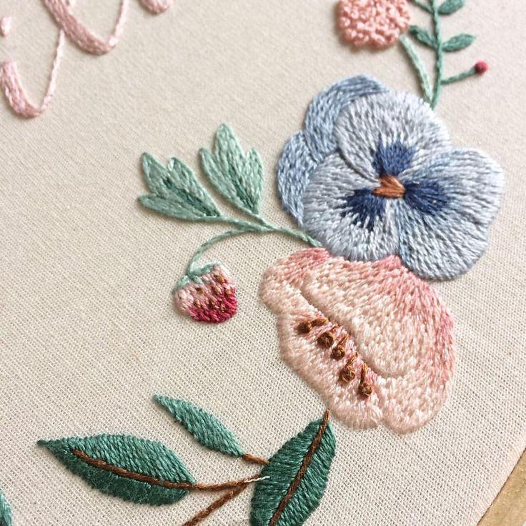 Ponto matiz para degradê das flores e do moranguinho 🍓✨ {long and short stitch to make the flowers and strawberry 🍓✨} #clubedobordado #wip