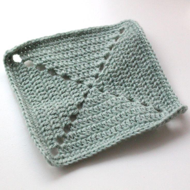 Jeg lovede for et stykke tid siden at komme med opskriften på de firkantede lapper som jeg skal bruge mit store Kauni-tæppe – I kan se flere billeder HER. Jeg havde dog ambitiøse tanker om, a…