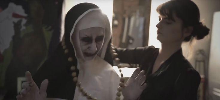 """Веселый пранк с зеркалами по мотивам фильма ужасов """"Заклятие 2"""" (ВИДЕО)"""
