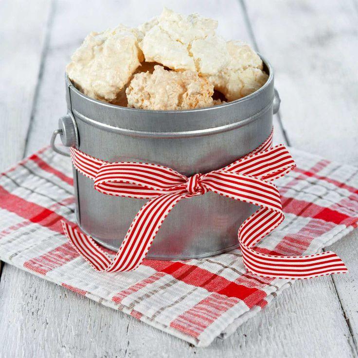 Det finnes knapt noen enklere kaker å lage enn kokosmakroner. Disse herlige munnfullene av kokos er noe mange baker til jul og er gjerne en favoritt hos de yngste. Legg gjerne noen kokosmakroner i en pen boks, knyt på et silkebånd og skriv din personlige hilsen. Så lett kan du lage en spiselig julegave til den som har alt!