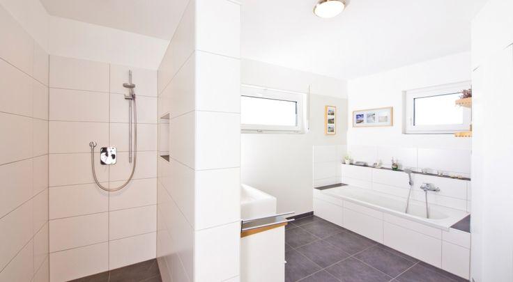 Helles Badezimmer Mit Fliesen Bis Unter Die Decke