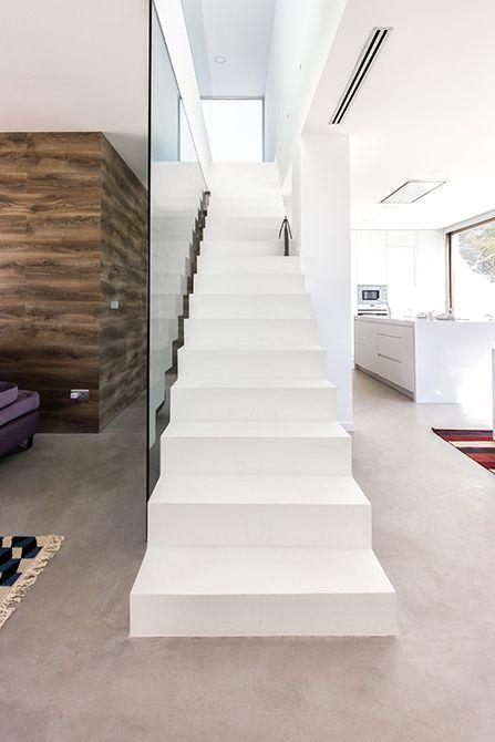 Chiralt arquitectos I Escalera de hormigón revestida de microcemento.