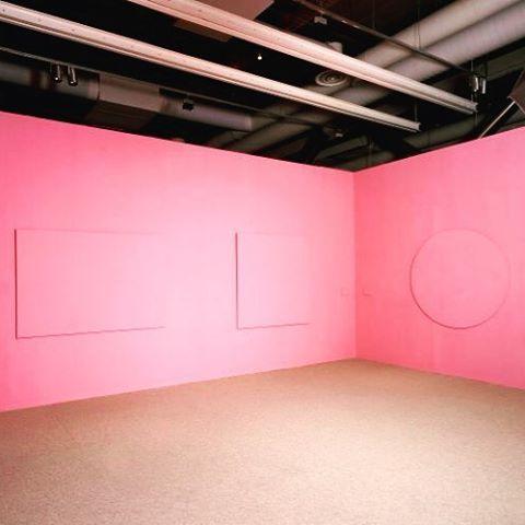 Claude Rutault : toiles à l'unité, 1973/légendes, 1985, 1973 - 1985  Présentation 1989, détail, Paris, Centre Pompidou, musée national d'art moderne / centre de création industrielle © Photo. Centre Pompidou, MNAM-CCI/P. Migeat/Dist.RMN-GP © Claude Rutault
