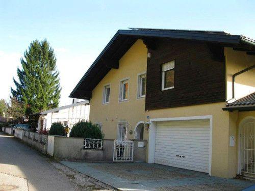Elegante Hausetage  Objektbeschreibung:  Elegante Hausetage (ca. 118m²) in der nähe von Salzburg zu mieten. Die Wohnung befindet sich in einem Zweifamilienhaus in sonniger Lage von Heuberg gelegen und verfügt über einen separaten Eingang. Ein absolutes Highlight stellt der großzügige Wohnbereich mit offener Küche (voll ausgestattet), zentralen Kamin sowie Zugang zur Terrasse dar.  Mehr finden Sie unter: http://heimat-immobilien.com/immobilien/elegante-hausetage/