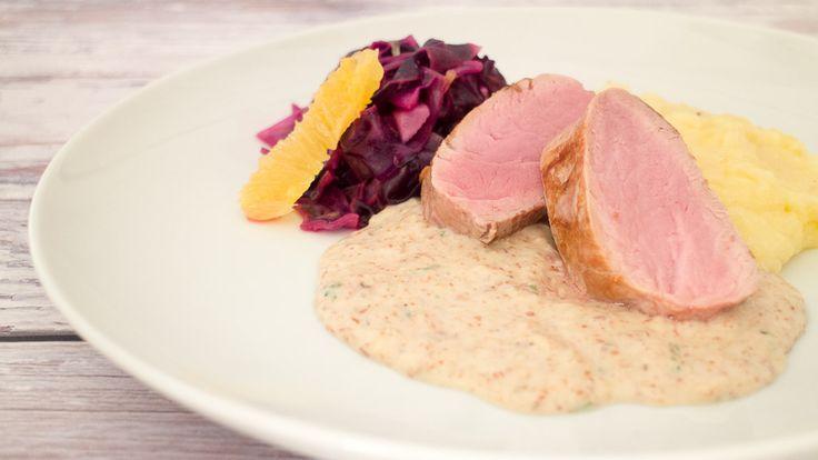 Rezept für Schweinefilet vom Duroc-Schwein mit Parmesan Kartoffelstampf, Orangenspitzkohl und Parmaschinken-Pancetta Sauce