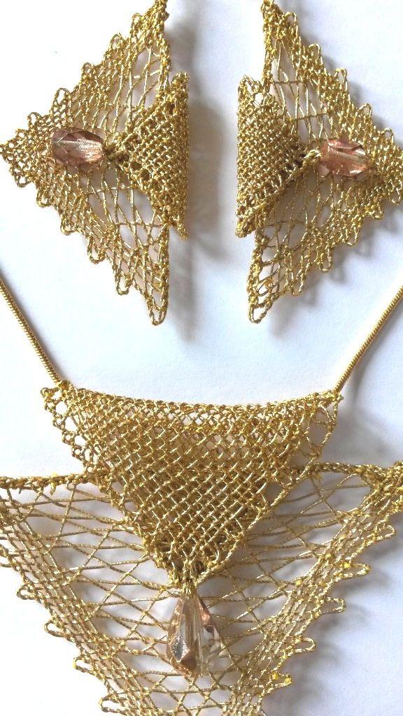Souprava 16 312 - zlatá se zlatými perličkami   Vamberecká krajka