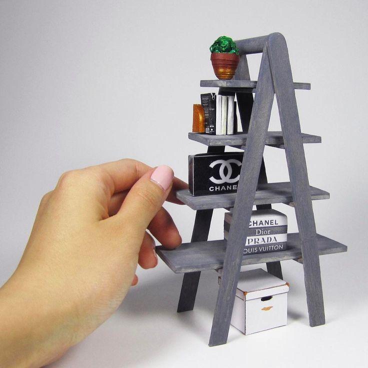 Dieses supereinfache Miniatur-Leiter-Bücherregal ist fertig und das Tutorial ist fertig! Genießen… #WoodWorking