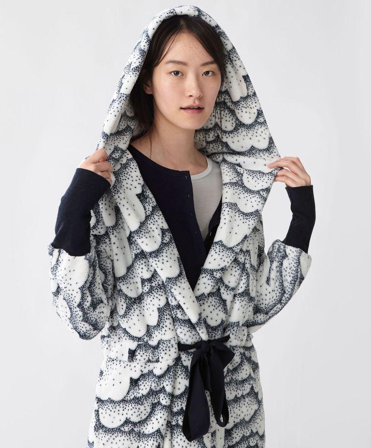Puantiyeli lacivert sabahlık - Tümünü Göster - Oysho online mağazada kadın modasında Sonbahar Kış 2016 trendleri. İç çamaşırı, pijamalar, spor giyim, ayakkabılar, aksesuarlar, korseler, plaj giyimi ve mayo & bikiniler. Bütün kadınlar için stiller!