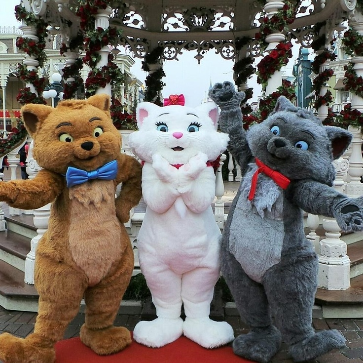 Toulouse, Marie, and Berlioz from the Aristocats at the Main Street Gazebo in Disneyland Paris #DLRP #DLP #Disney