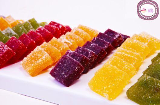 Le caramelle Gelèe sono dei piccoli e morbidi bocconcini di gelatina ricoperti di zucchero semolato preparati con succo di frutta, buonissime ed invitanti