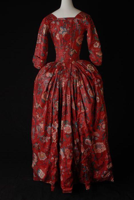 Japon, robe à l'Anglaise van sits, rood fond met grote veelkleurige bloemen, lijf met vestpanden, aangeplooide rok, mouwen met geplooid elleboogstuk, vierkante halslijn - Museum Rotterdam
