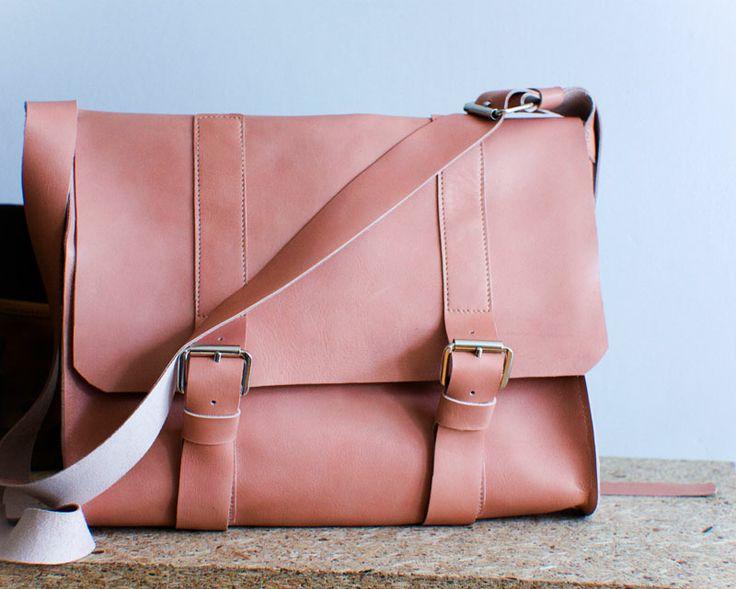 Średniej wielkości torebka ze skóry licowej z klapą i klamerkami. Mieści format A4.    #summer #summer_fashion #handmade #leather_bag #pink_bag