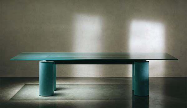 Beschrijving  Italiaanse glazen design tafel ontwerp door David Law, Lella en Massimo Vignelli. Voor Acerbis International rond 1985. Glazen tafelblad wordt ondersteunt door drie forse kolommen welke zijn afgewerkt met een fresco finish.  Afmetingen Rechthoekig 223x91cm hoogte 73cm  Conditie Deze top tafel is in een super conditie.