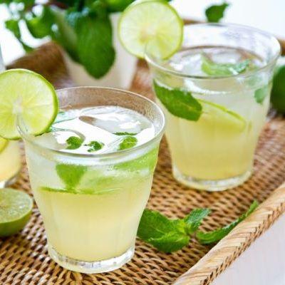 1. Stoarce sucul celor două lămâi și feliază rădăcina de ghimbir curățată de coajă. 2. Încălzește puțin mierea (în cuptorul cu microunde sau pe foc mic), cât să devină lichidă. Toarn-o în carafa pregătită pentru limonadă împreună cu apa și amestecă bine. 3. Adaugă sucul de lămâie și feliile de ghimbir, frunzele de mentă spălate …