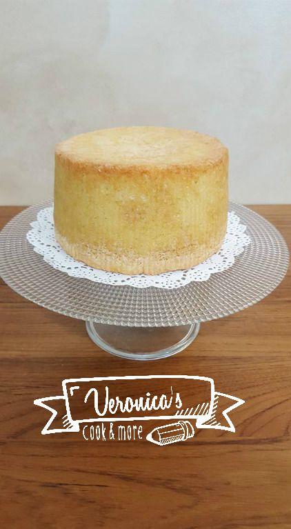 Un'alternativa al classico pandispagna, soffice e senza quel fastidioso odore di uova! Il risultato sarà una torta alta alta, dalla consistenza più umida che potrete farcire a vostro piacimento!