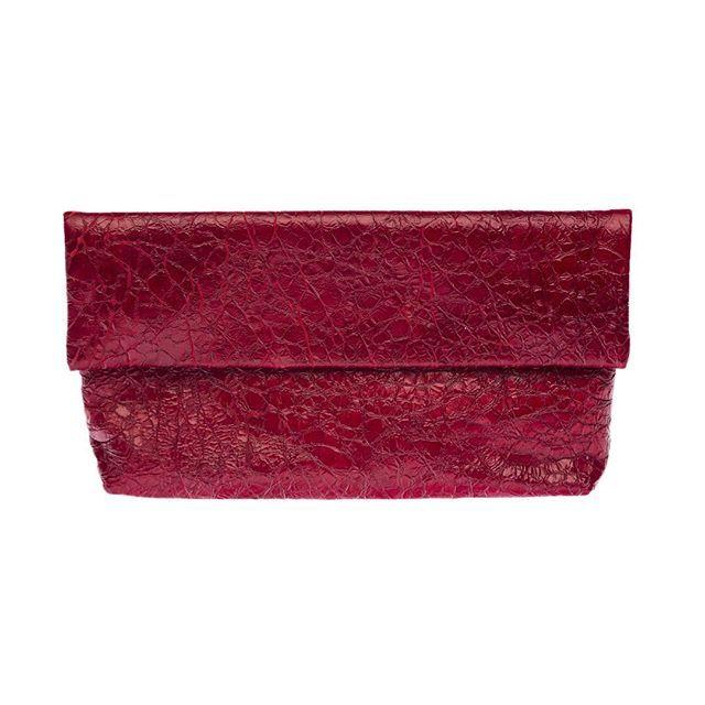 #Marischemnitz  #bags #москва #russiandesigners  Ширина: 28 Высота: 19 Цена: 6900  https://www.facebook.com/MarisChemnitZ?ref=bookmarks  Шикарный клатч ярко-красного цвета выполнен из качественной итальянской кожи, подкладка изделия сшита из плотной такни темно-синего цвета. С таким аксессуаром вы всегда будете в центре внимания.