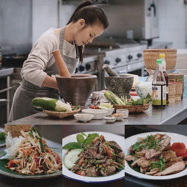 """Quinto día del taller, hoy tocan ensaladas tailandesas con todos los ingredientes originales y también demuestro como cocinar el arroz glutinoso tailandés de forma tradicional. La primera es el """"Som Tam"""" o Ensalada de papaya verde que podéis encontrar en mi canal. La segunda es """"Pla Nua"""", se trata de otra ensalada de ternera picante igual que la famosa """"Nam Tok"""" que se suele ver en los restaurantes tailandeses, pero un poquito más especial ya que lleva más hierbas aromáticas. El último plato…"""