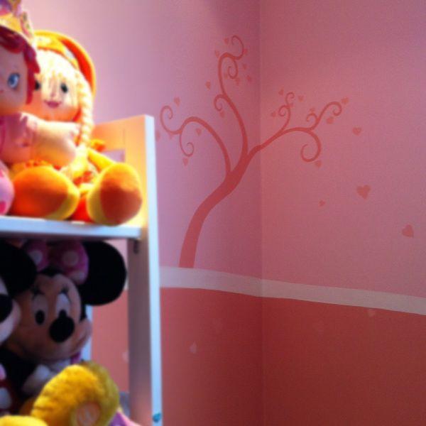 """Semana passada trabalhei num projeto muito gratificante; o quarto da Luiza. Ela fez 5 anos e ganhou de presente das tias uma pintura nova para o seu quarto, com o tema """"fadas-princesas""""…"""