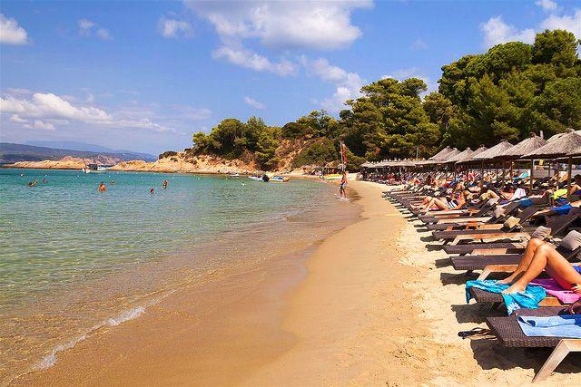 BANANA BEACH (Skiathos) -  Baia composta da due piccole spiaggette. La spiaggia principale, Big Banana, è una spiaggia bellissima e molto popolare soprattutto tra i più giovani. Oltre gli scogli c'è la spiaggetta di Small Banana: più piccola e riservata, la spiaggia è gay friendly e frequentata da famiglie e naturisti. La baia di Banana Beach è circondata da una fitta vegetazione.