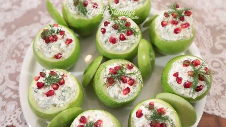 Malzemeler 2 kilo yeşil elma 1 adet kereviz 5 diş sarımsak 1 adet portakal Bir tutam dereotu Yarım kilo süzme yoğurt 10 bütün ceviz 1 tatlı kaşığı tuz Süslemek İçin 1 adet nar Birkaç dal dereotu