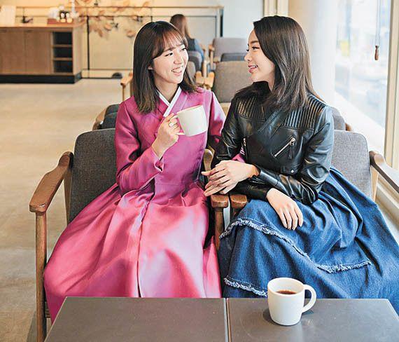 카페에서도 한복이 어색하지 않다.'혜윰한복'의 퍼플 코트(왼쪽),'리슬'의 저고리 가죽 재킷과 데님 원피스.