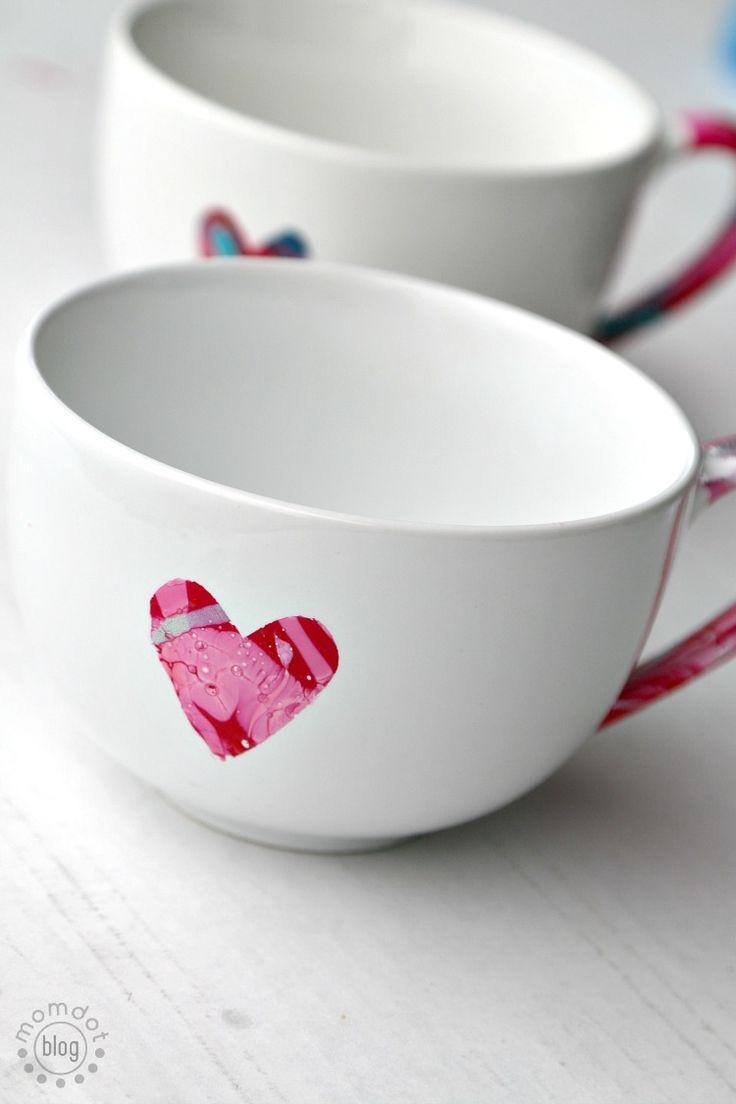 Marbling a Coffee Cup DIY – Tolles Geschenk. Zum Geburtstag oder Muttertag? Ganz einfach mit Nagellack herstellen. Noch mehr Ideen für Kinder findet Ihr unter: <a href=