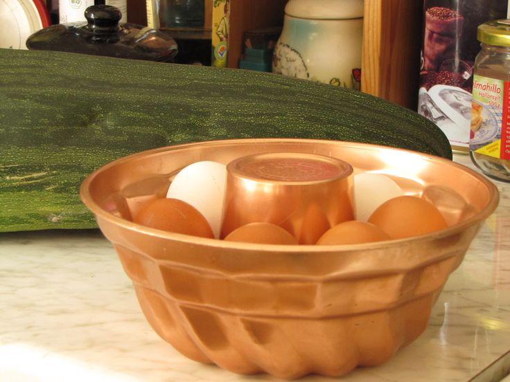 Vanha kakkuvuoka kananmunatelineenä