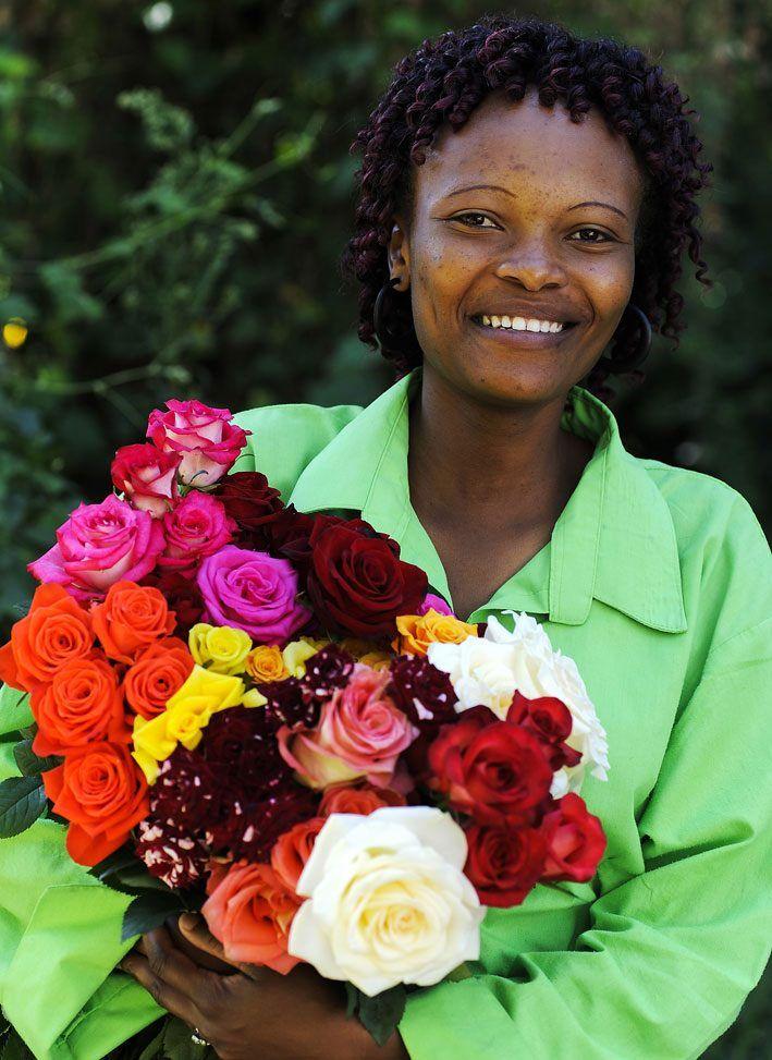 Dubbel omtanke på alla hjärtans dag? Över fyra miljoner rosor säljs i samband med den här dagen. När du ger bort en Fairtrade-märkt blomma visar du dubbel omtanke. Den som får blomman blir glad och samtidigt bidrar du till förbättrade arbets- och levnadsvillkor för den som odlat blomman. #hejomtanke #rosor #valentinesday #blommor #roses #fairtrade