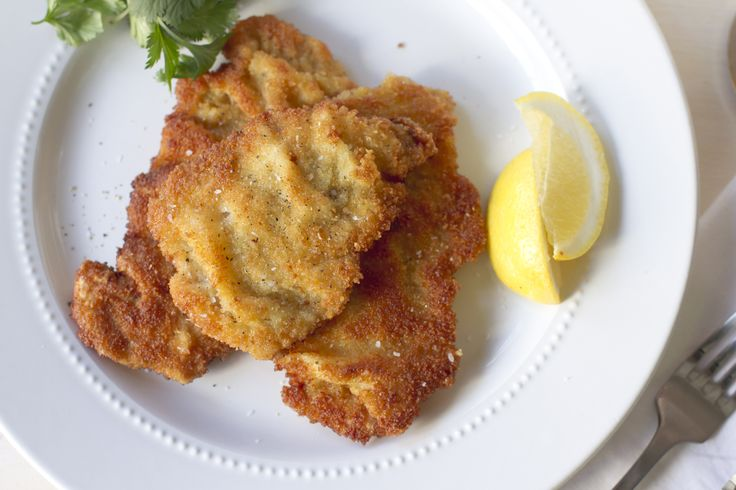 Veal Weinerschnitzel 6 veal scallopini cutlets ½ cup fine bread crumbs 3 eggs ¼ cup heavy cream ½ cup flour ¼ cup vegetable oil Salt and pepper