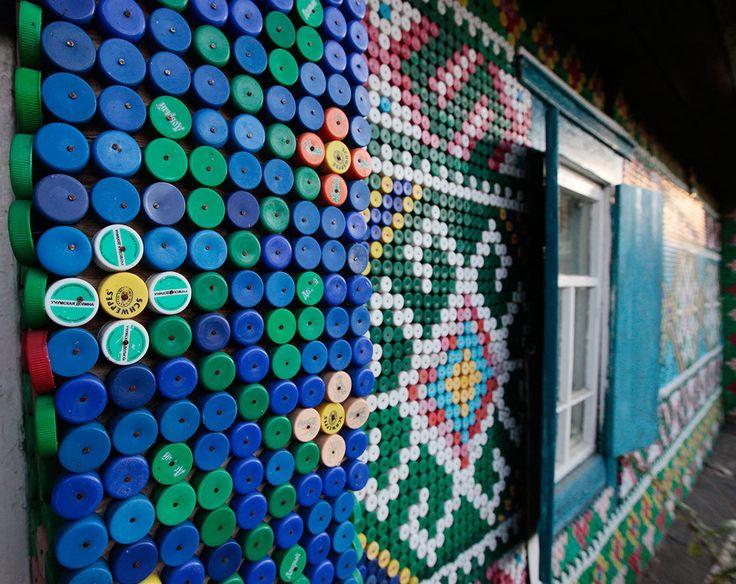 Olga Kostina från Kamarchaga på den siberiska taigan har hittills använt inte mindre än 30 000 plastkapsyler för att dekorera sitt hus. Det här är ju sånt man går igång på, håller ni inte med? En rysk, kanske lite ensam, pensionär ute på sibiriska landsbygden med en extraordinär hobby. Tydligen har hon av okänd anledning …