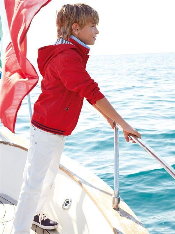 Parka Cyrillus rouge, pantalon blanc, tennis noires