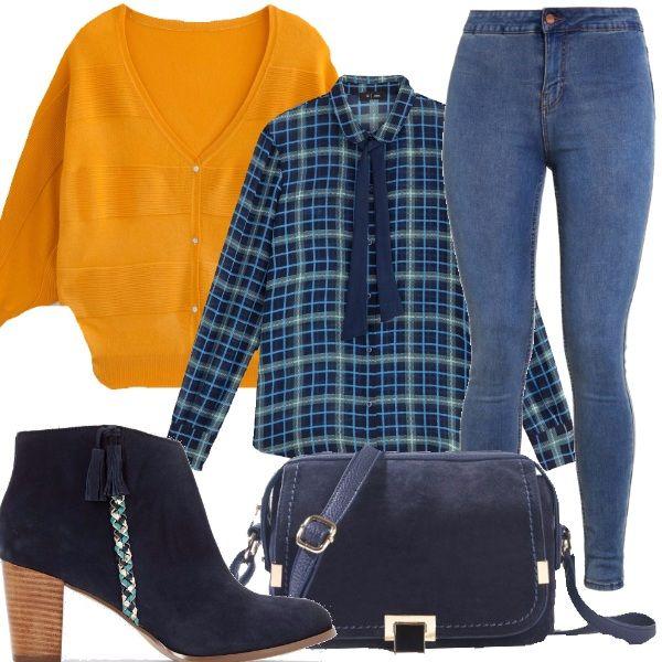 Un outfit adatto al tempo libero, allegre e colorate anche in autunno, jeans skinny, camicia a quadri blu, cardigan giallo curry con maniche a pipistrello, stivaletti in pelle tessuto blu, borsa a tracolla blu scuro.