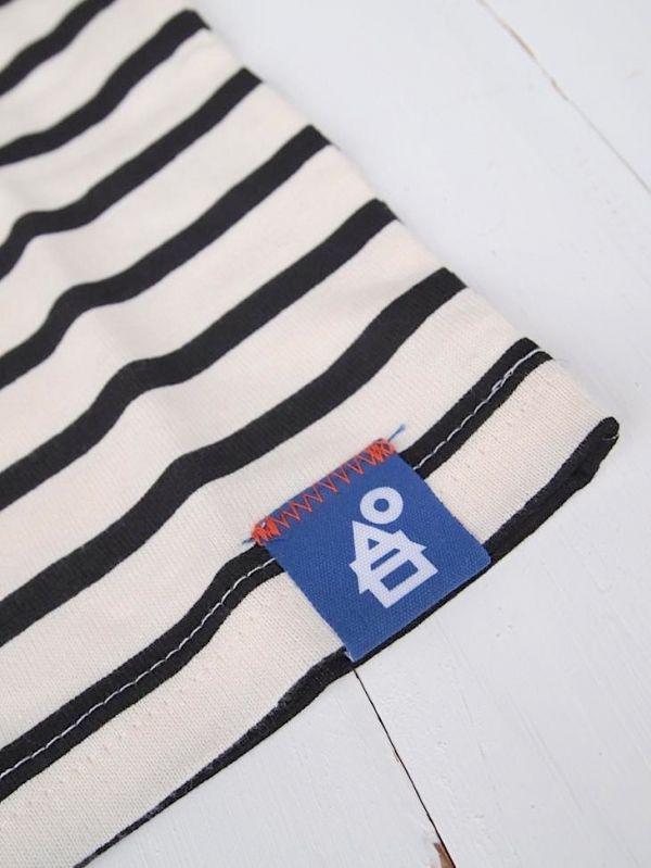 Detail stitching van merklabel