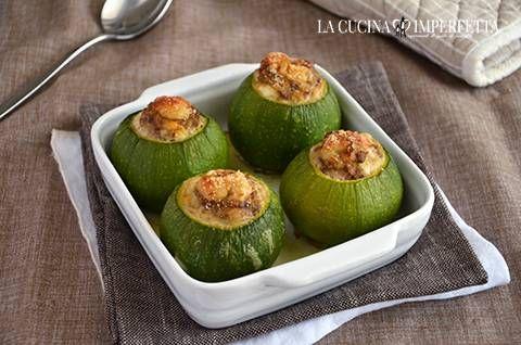 Le zucchine ripiene sono un gustoso e ricco piatto unico. Ho utilizzato zucchine tonde, carne macinata e salsiccia.