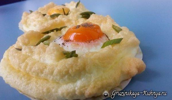 Воздушные яйца всмятку. Красивый завтрак для любителей оригинальных и вкусных блюд из яиц. Попробуйте приготовить привычное блюдо по-новому