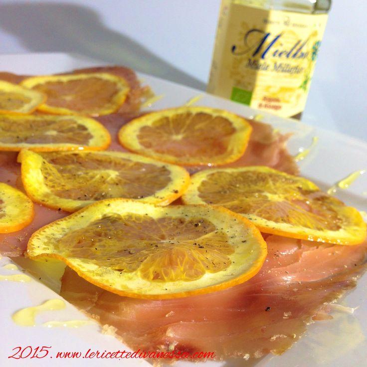 """E' proprio vero che """"Gli opposti si attraggono""""… Prendete questa piatto dai colori eccezionali, il rosa antico  del tonno affumicato, l'arancione dell'arancio e il giallo del miele… La sapidità e il gusto deciso del tonno affumicato è mitigato dal sapore leggermente acidulo dell'arancio per abbracciare la dolcezza del miele… #tonno #arancia #miele #bio #rigonidiasiago @rigonidiasiago #carpacci #troppobuono #instAifb #AIFB #instapic #instafood #foodporn #foodpic #food #tagsforlikes #tag…"""