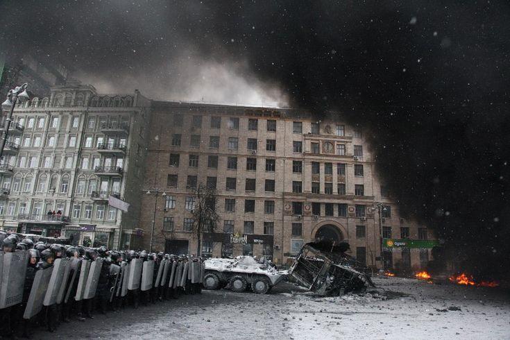22.01.2014 r., Ukraina, Kijów: Kordon milicji w centrum miasta. AFP PHOTO/ ANATOLIY STEPANOV