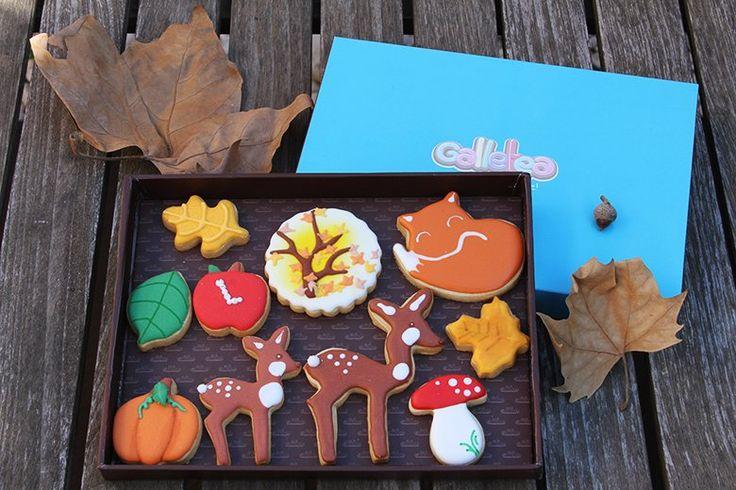Pack mediano de 15X20 cm galletas de vainilla y mantequilla, decoradas con glasa artesana. El pack contiene diez galletas de otoño seis galletas de 5 cm aprox. tres mini hojas que han caído del árbol y una manzana, una calabaza y cuatro galletas medianas de 7 cm aprox. un zorrito que duerme su dulce otoño, un cervatilo con su madre y el árbol otoñal con su caída de hojas. Árbol de otoño, zorrito y seta, son diseño de  @fiestasmolonas…