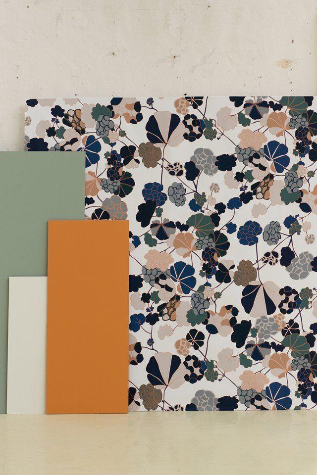"""Papier peint japonisant """"Florescence"""" Ressource. Hymne à la nature, ce papier peint fait partie de la première collection de la maison Ressource, imaginée par Annabelle Vermont. Avec ses larges fleurs pastel, il puise son inspiration dans la nature japonaise."""