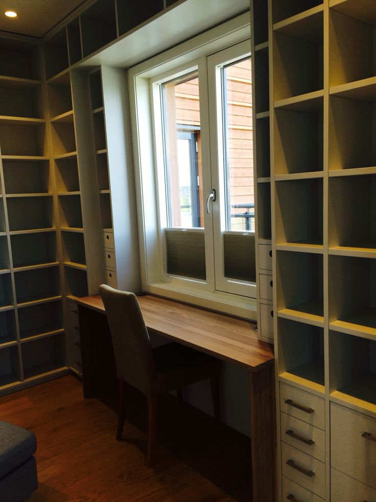 Biblotek med skrivebord