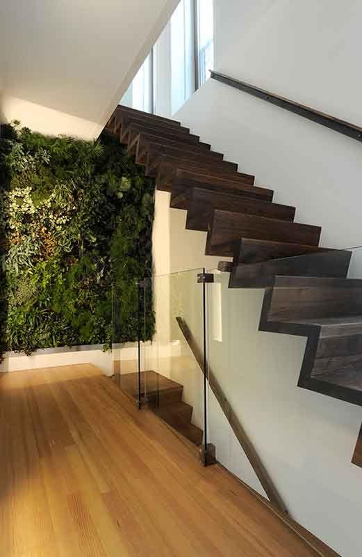 De verticale plantenwand werd geleverd door Vertical Gardens uit Haastrecht.