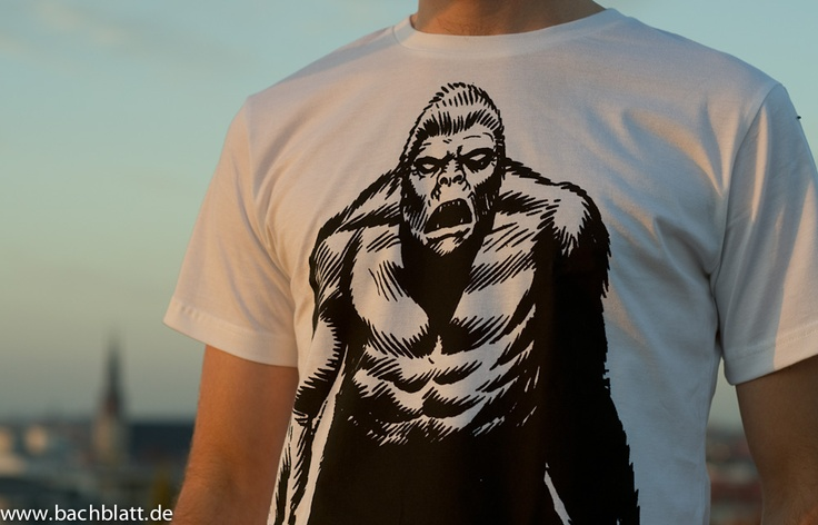 A Shooting on the roof: the Gorilla T-Shirt from Thokk Thokk on Bachblatt-Store! http://www.bachblatt.de/Maenner/Shirts/THOKKTHOKK-Gorilla-T-Shirt-weiss.html