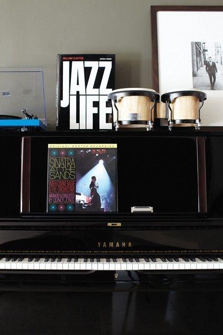 Une maison de star: le crooner canadien Michael Bublé - Le piano droit.  Michael Bublé house: the piano http://mes-envies-deco.overblog.com/2014/08/visitons-une-maison-de-star-le-crooner-canadien-michael-buble.html