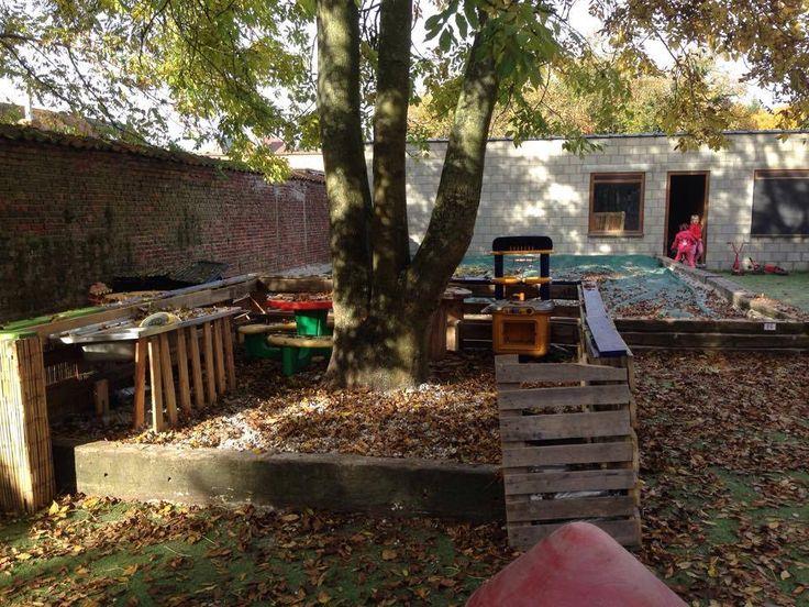 Deze gezellige buitenkeuken werd gemaakt rond een boomstronk en met gerecycleerd materiaal, zoals paletten, houten planken en een oude gootsteen. - IBO Speelhuis Sint-Katelijne-Waver