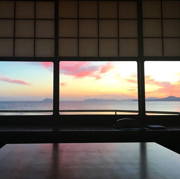 Рассвет в Карацу. Вид из окна отеля в 5 утра. #мидокоро #япония #путешествия
