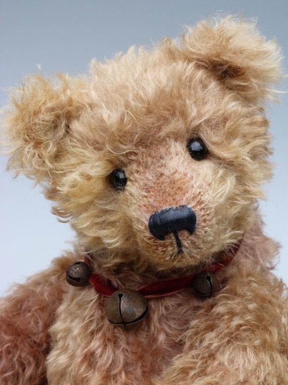 Humbeart, a traditional Bearsonalities one-of-a-kind mohair teddy bear handmade by Anke Komorowski,  als ik toch zo een beer kan laten kijken!